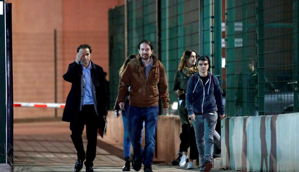 El líder de Podemos, Pablo Iglesias (c), acompañado por la diputada de En Comú Podem en el Congreso, Lucía Martín (d), y el teniente de alcalde en el Ayuntamiento de Barcelona, Jaume Asens (i), a su salida de la prisión de Lledoners (Barcelona) EFE
