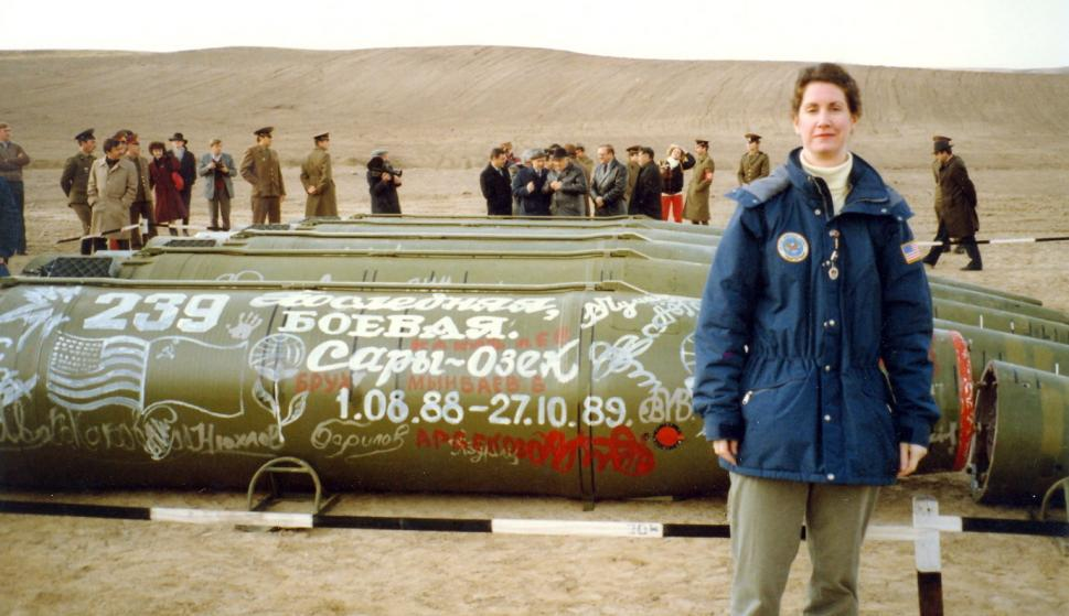 Eileen Malloy, jefa de la unidad de control de armas en la Embajada de EEUU En Moscú, en el lugar de destrucción de los últimos misiles soviéticos en Saryozek, (antigua Unión Soviética), Kazajstán, el 11 de mayo de 1990. (EFE/EPA)