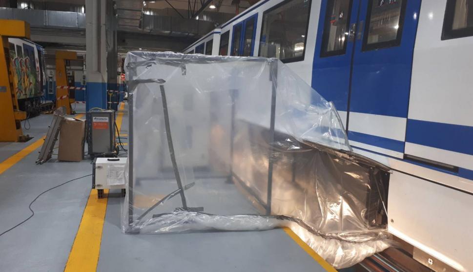 Trabajos para quitar el amianto de un vagón de Metro de Madrid el pasado abril. METRO MADRID