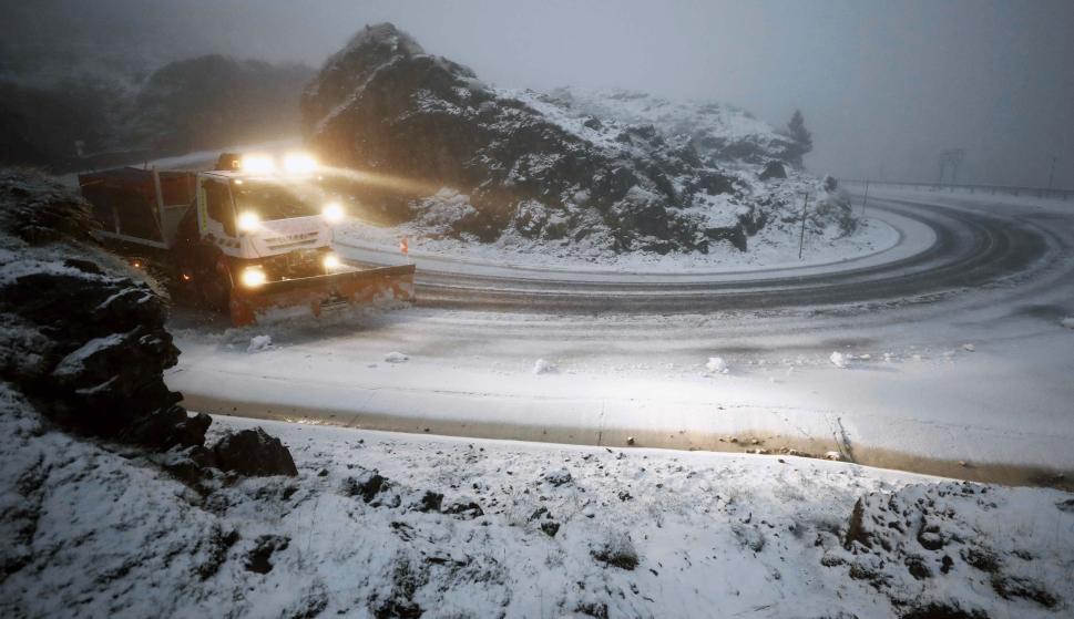 Un camión quitanieves despeja la NA-137 en el puerto de Belagoa, donde las carreteras se han visto cubiertas de nieve en el primer temporal de invierno.  EFE/Jesús Diges