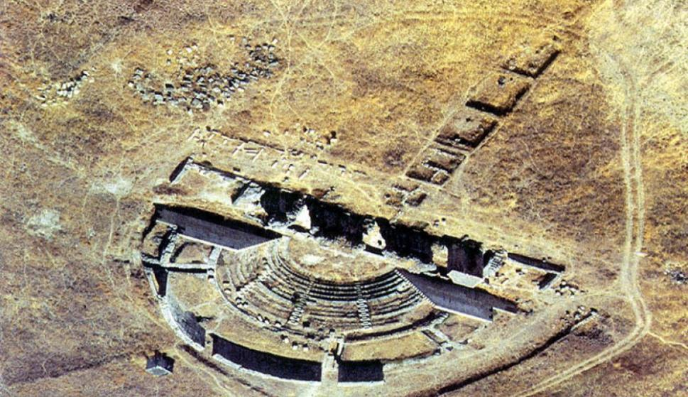 Imagen área del espectacular teatro de la ciudad romana de Regina (Foto: Ayto. de Casas de Reina)