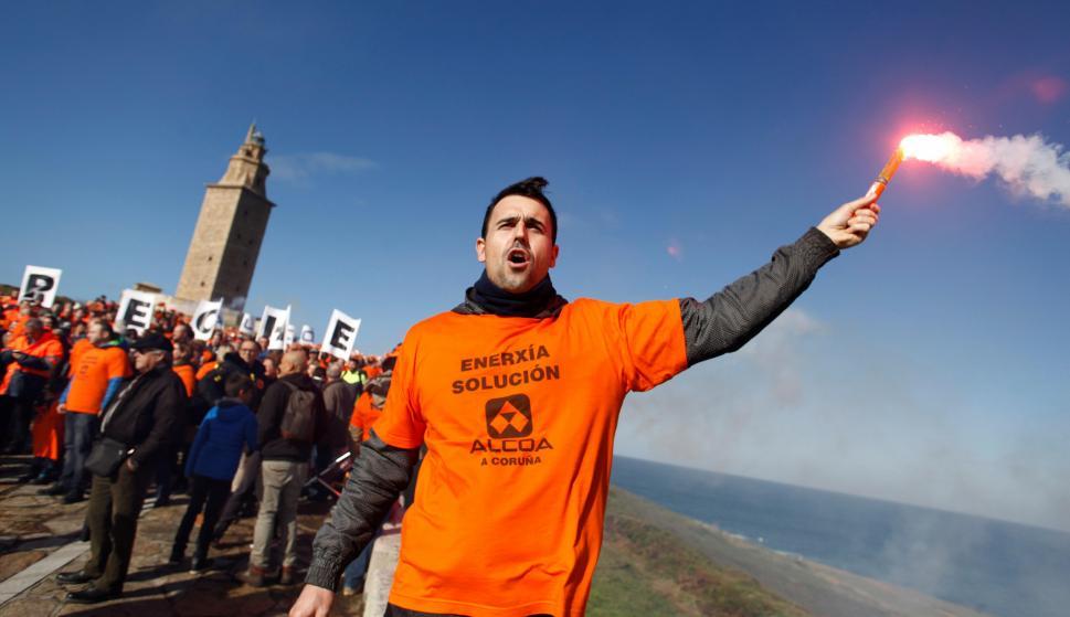 Cientos de trabajadores de la planta de Alcoa en A Coruña y vecinos de la ciudad se han manifestado frente a la Torre de Hércules. EFE/Cabalar