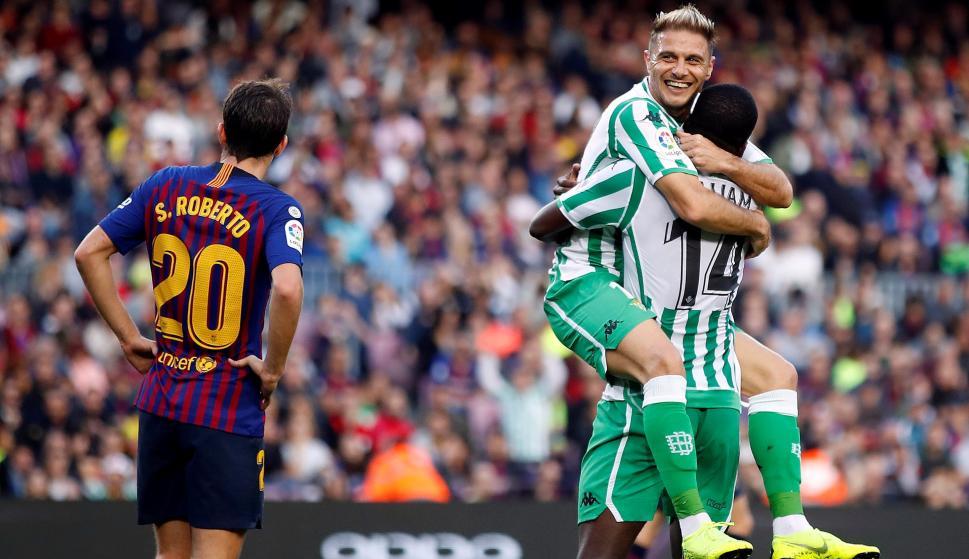 El delantero del Real Betis Balompié Joaquín Sánchez (c), festeja su gol contra el FC Barcelona. EFE/Alberto Estévez
