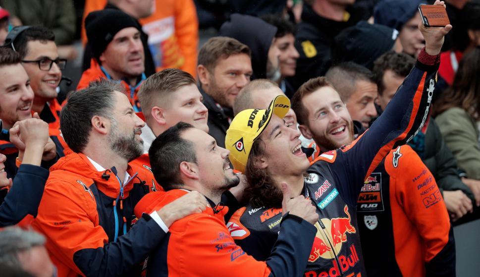El piloto turco de Moto 3, del equipo Red Bull KTM, Can Oncu, es felicitado por sus compañeros tras ganar la prueba.  EFE/ Kai Forsterling