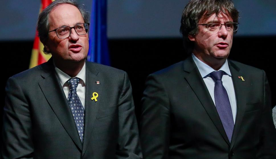 El expresidente catalán Carles Puigdemont (d), junto al presidente de la Generalitat, Quim Torra (i), durante el acto de presentación del Consejo por la República celebrado hoy en el teatro flamenco KVS de la capital belga. EFE / STEPHANIE LECOCQ