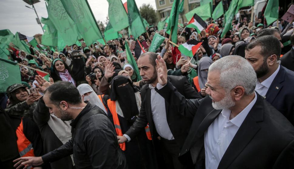 El líder Hamas, Ismail Haniye, (D), saluda a sus partidarios durante un mitin de Hamas para conmemorar el 31 aniversario del grupo (EFE)