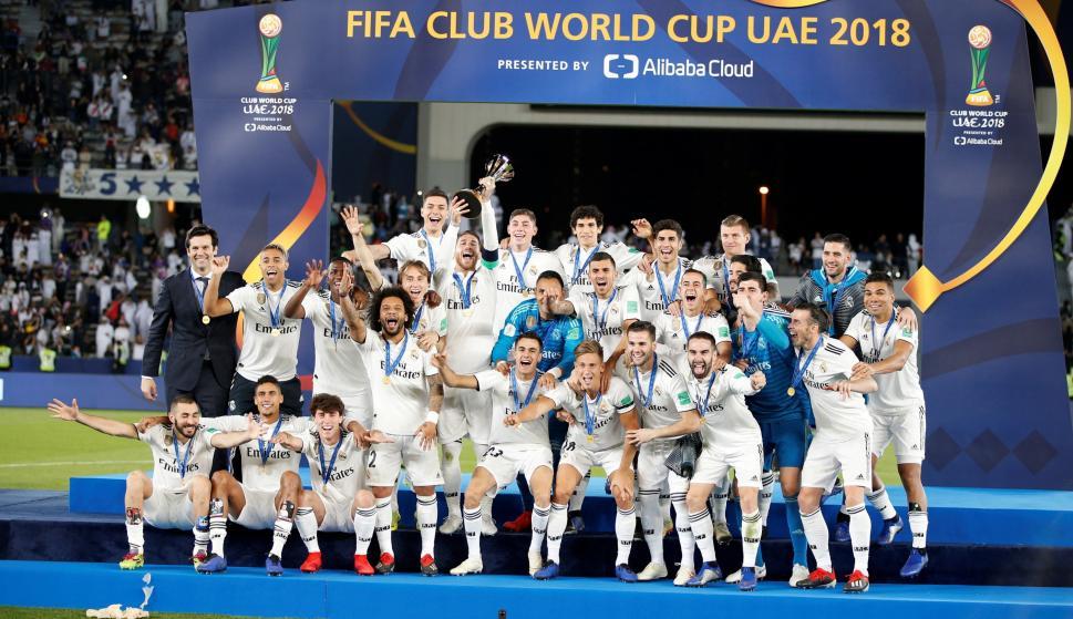 Los jugadores del Real Madrid CF celebran con el trofeo de la Copa Mundial de Clubes de la FIFA 2018 después de ganar el último partido contra el Al Ain FC en Abu Dhabi, Emiratos Árabes Unidos, 22 de diciembre de 2018. EFE/ALI HAIDER