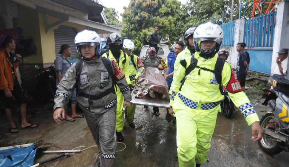 El equipo de rescate evacúa el cuerpo de una víctima en Pandeglang, Banten, Indonesia, el 23 de diciembre de 2018. EFE
