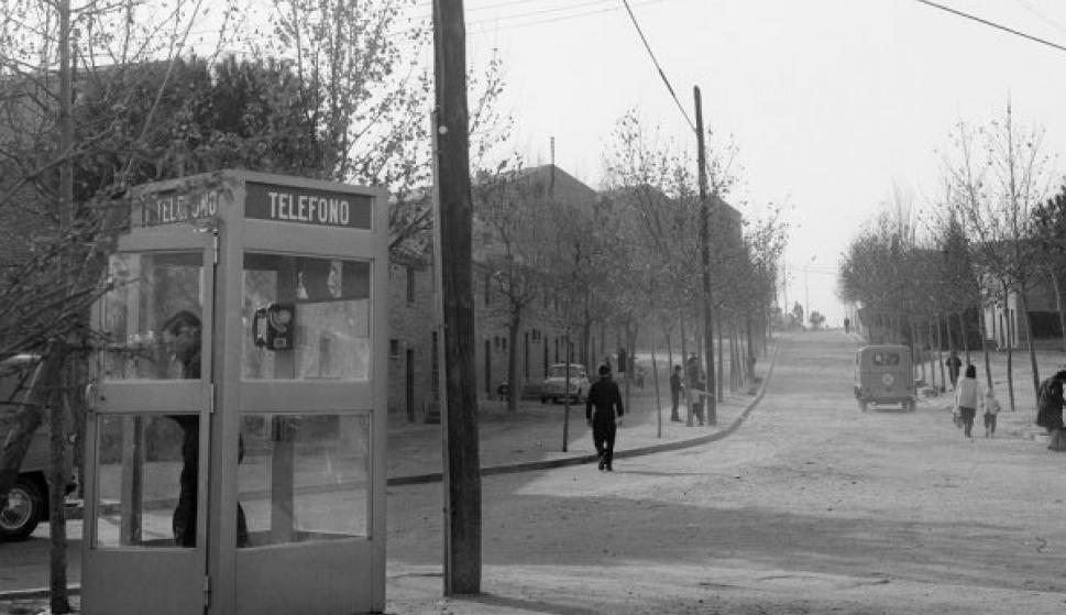 Cabina telefónica en la calle Motril de la madrileña Colonia de San Fermín. Foto: EFE/Fiel/ct