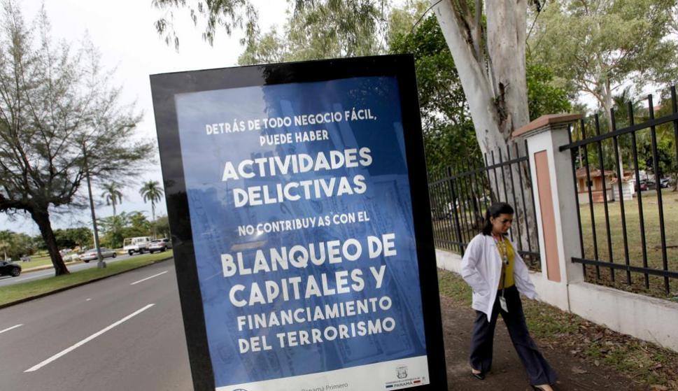 Fotografía del 22 de junio de 2017 de un cartel que promueve la lucha contra el blanqueo de capitales y financiación del terrorismo en Ciudad de Panamá (Panamá). EFE/Alejandro Bolívar (Alejandro Bolívar / EFE)