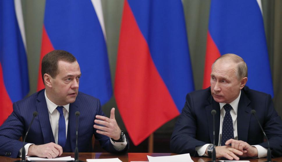 El presidente ruso, Vladimir Putin (d), y el primer ministro ruso, Dmitry Medvedev (i), el 26 de diciembre de 2018. EFE/ Dmitry Astakhov / Sputnik / Gove