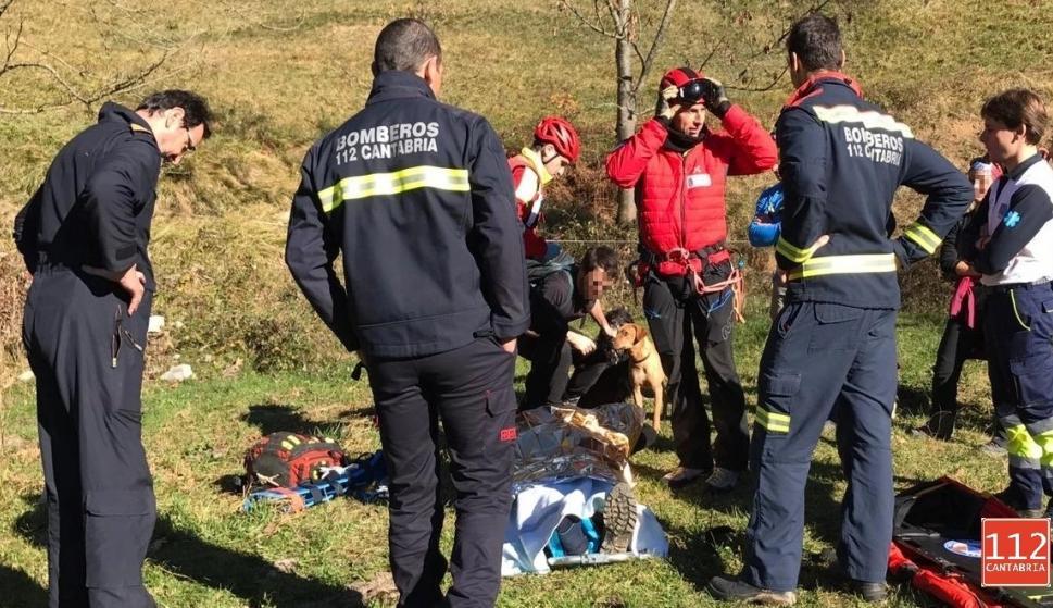 Los bomberos ayudaron a estabilizar la pierna del herido (@112Cantabria)