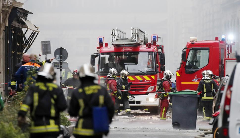Los bomberos trabajan en el escenario de la explosión en una panadería cerca de la Rue de Trevise en París, Francia, el 12 de enero de 2019. ( EFE/EPA/IAN LANGSDON)