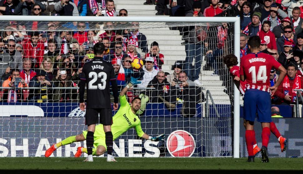 El portero del Levante Oier Olazábal intenta detener sin éxito el disparo de penalti del francés del Atlético de Madrid Antoine Griezmann (EFE/Rodrigo Jiménez)