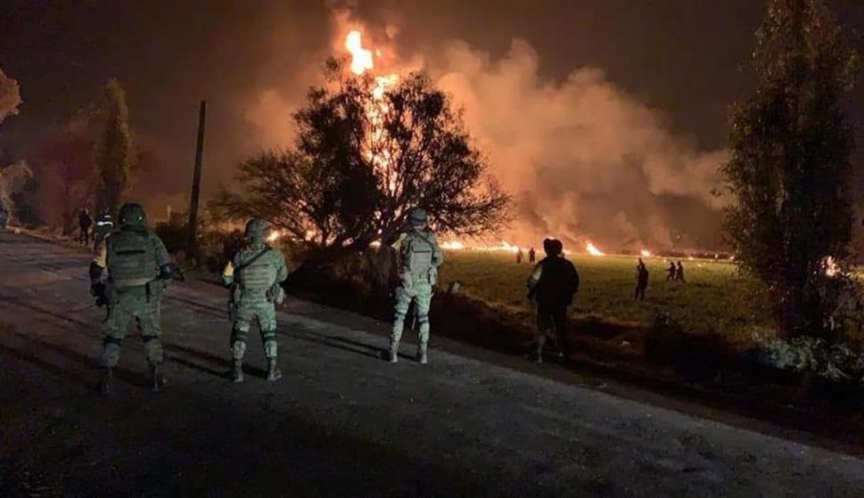 Al menos 21 personas han muerto este viernes y 71 han resultado heridas al estallar una toma clandestina de gasolina de Petróleos Mexicanos (EFE/Oasa)