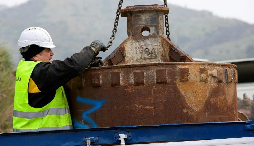 Un operario trabaja con elementos de perforación de tierra mientras continúan los trabajos para rescatar a Julen, el niño de dos años que cayó el pasado domingo en un estrecho y profundo pozo en Totalán (Málaga). EFE/Álvaro Cabrera