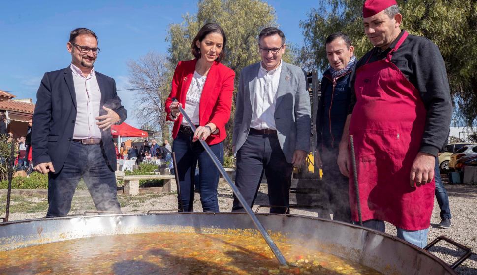 La ministra de Industria, Comercio y Turismo Reyes Maroto (2I) el delegado del gobierno Diego Conesa (3d) y el candidato a la alcaldía de Lorca por el PSOE Diego José Mateos (i), EFE.