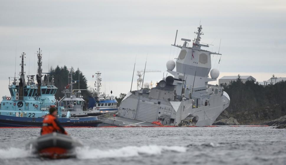 Así quedó la fragata noruega KNM Helge Ingstad tras colisionar con el petrolero Sola TS en aguas de Oygarden, en la costa oeste de Noruega./ EFE