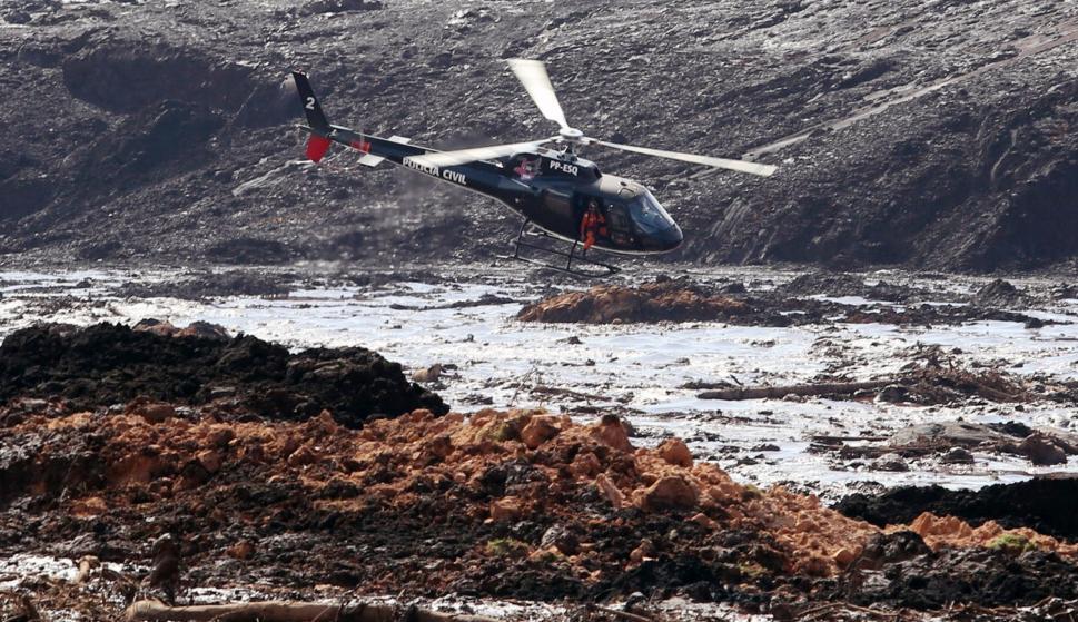Un helicóptero busca supervivientes tras el desastre causado por la rotura de una represa que contenía residuos minerales en Brumadinho, Brasil ( EFE/ Paulo Fonseca)