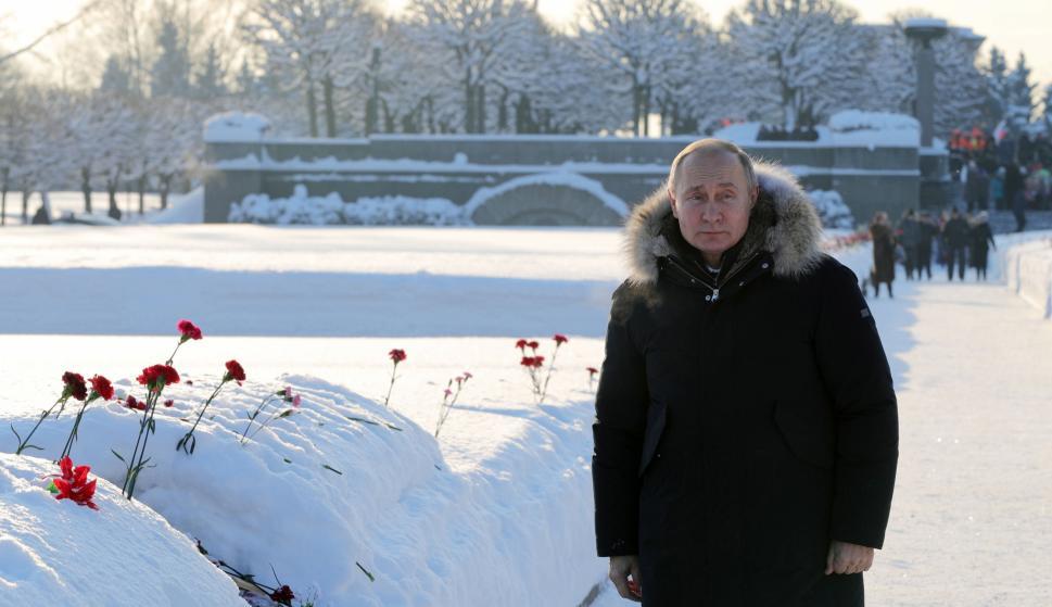 El presidente ruso, Vladimir Putin, asiste en San Petersburgo a la ceremonia para conmemorar a las víctimas del asedio, en el 75 aniversario de la liberación de Leningrado. (EFE/EPA/MIKHAIL KLIMENTYEV/SPUTNIK/KREMLIN)