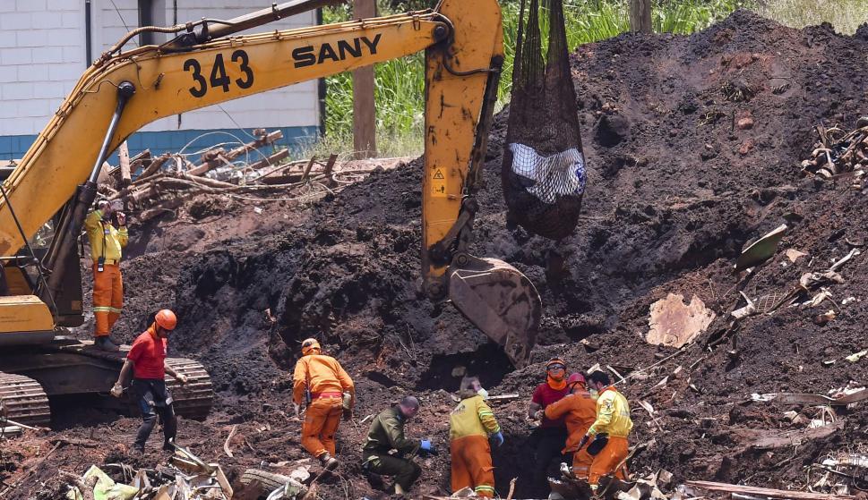 Los equipos de rescate realizan labores de búsqueda de víctimas este en Brumandinho (Brasil). EFE/ Yuri Edmundo