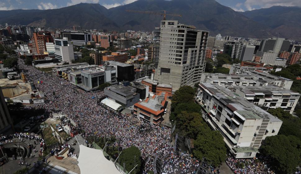 Opositores venezolanos marchan contra el gobierno de Nicolás Maduro, este sábado en Caracas (Venezuela). EFE/ Miguel Gutiérrez