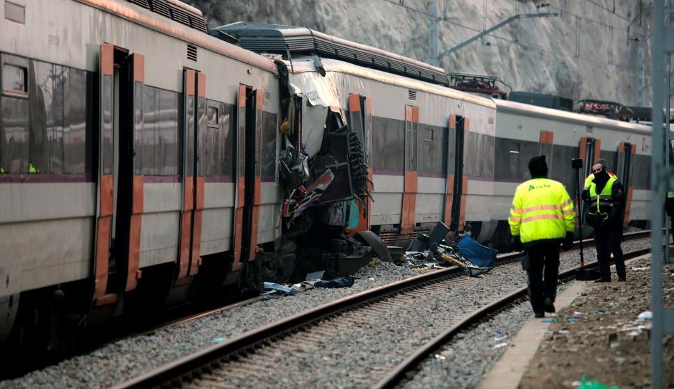 Personal de la seguridad privada de Renfe a primera hora de la mañana en el lugar del accidente ferroviario (EFE/Susanna Sáez)