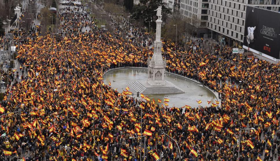 Concentración convocada por PP, Ciudadanos y VOX este domingo en la plaza de Colón de Madrid, en protesta por el diálogo de Pedro Sánchez con los independentistas catalanes y en demanda de elecciones generales. EFE/VICTOR LERENA