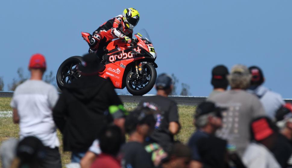 Bautista en acción durante la carrera del Campeonato del Mundo de Superbike en Phillip Island (EFE/EPA/JULIAN SMITH)