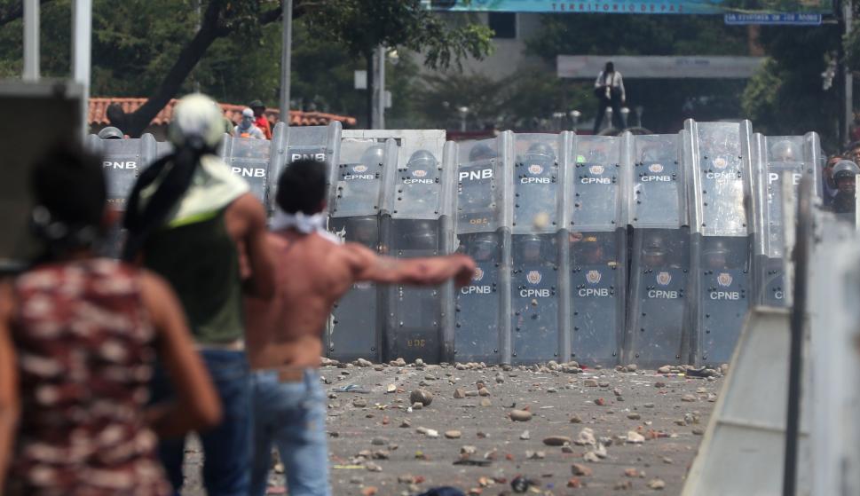 Ciudadanos se enfrentan con la Policía venezolana en el Puente Internacional Simón Bolívar, este sábado, en Cúcuta (Colombia) EFE