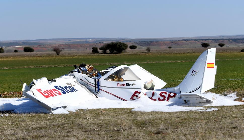 Estado en el que ha quedado la avioneta que se ha estrellado este domingo en el aeródromo La Nava (EFE/ Pablo Martin)