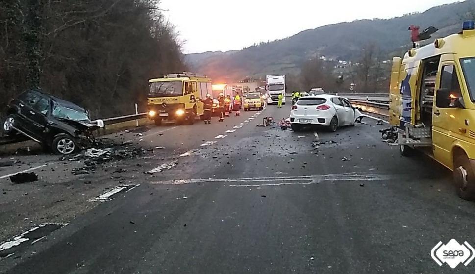 Estado en el que han quedado los vehículos accidentados en Lena. / BOMBEROS DE ASTURIAS