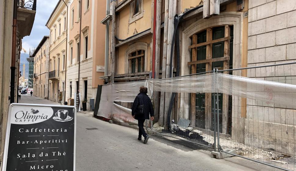 Una persona camina por una calle de L'Aquila, capital de la región italiana de Abruzos (EFE/ Carla Riverola Brutau)