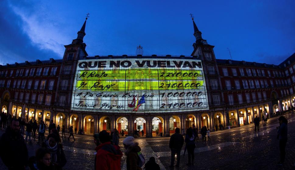 """La fachada de la Casa de la Panadería de la Plaza Mayor de Madrid iluminada con imágenes de gran formato de los conocidos como """"papeles de Bárcenas"""" (EFE / Rodrigo Jiménez)."""