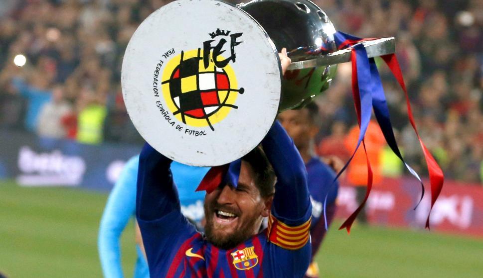 El delantero argentino del FC Barcelona, Leo Messi, levanta el trofeo que les acredita campeones de Liga. EFE/Quique García.
