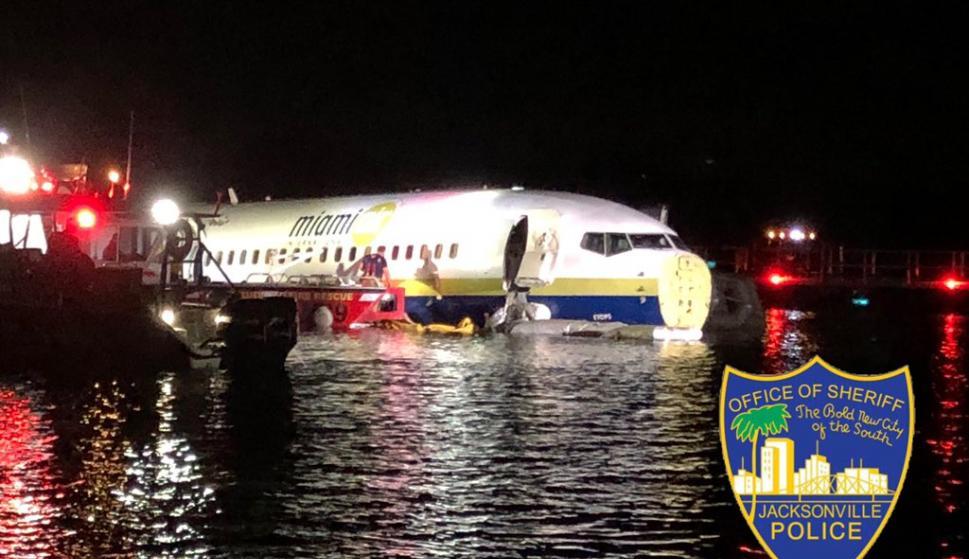 El 737 sobre las aguas del río St. Johns. /@JSOPIO