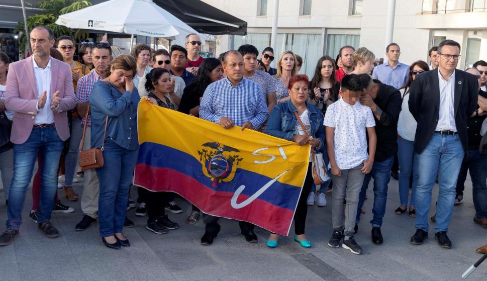 Familiares y amigos de María Lourdes Mantilla, durante el minuto de silencio en la plaza del ayuntamiento de Torre Pacheco. EFE/Marcial Guillén