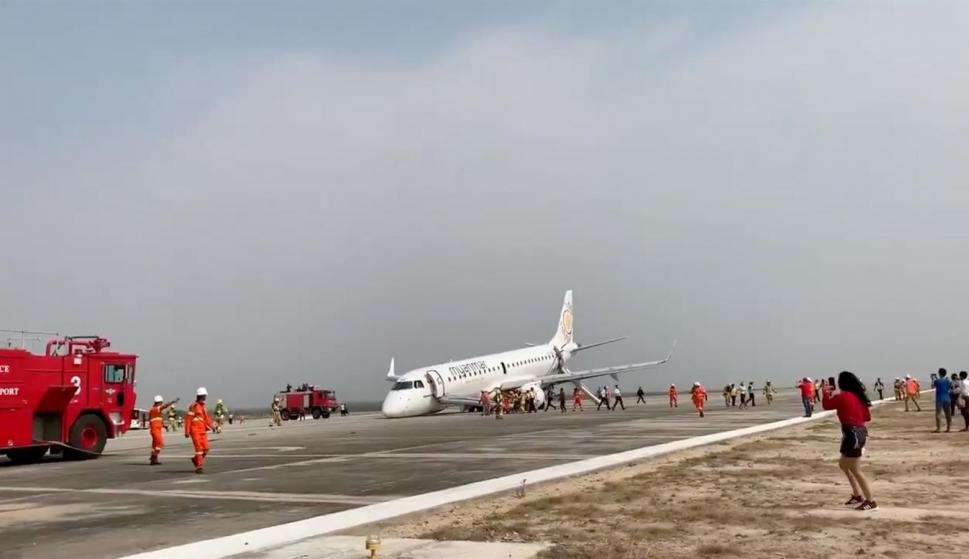 La aeronave con el morro inclinado hacia adelante tras aterrizar. /NAY MIN / SOCIAL MEDIA