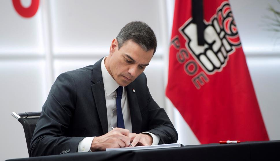El secretario general del PSOE y presidente del Gobierno en funciones, Pedro Sánchez, firma en el libro de condolencias del PSOE. /EFE/Luca Piergiovanni
