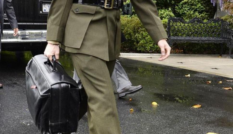 El maletín nuclear. Un militar de EEUU transporta la valija con las claves para un lanzamiento atómico. / EFE