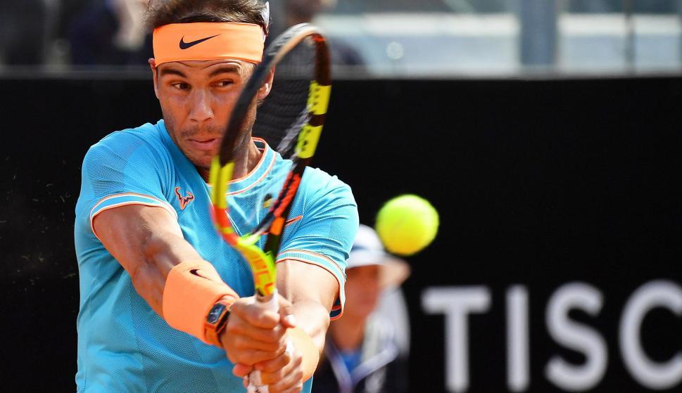 Nadal devuelve una bola durante la final del Masters de Roma ante Djokovic. /EFE
