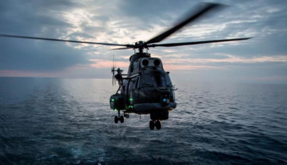 Un helicóptero naval de Rumanía se prepara para aterrizar en la cubierta de una fragata durante unas maniobras de la OTAN en el Mar Negro. /NATO