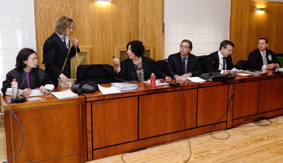 Las acusaciones publica, particular y populares, y las defensas en el juicio por la muerte de la pequeña Sara. /EFE
