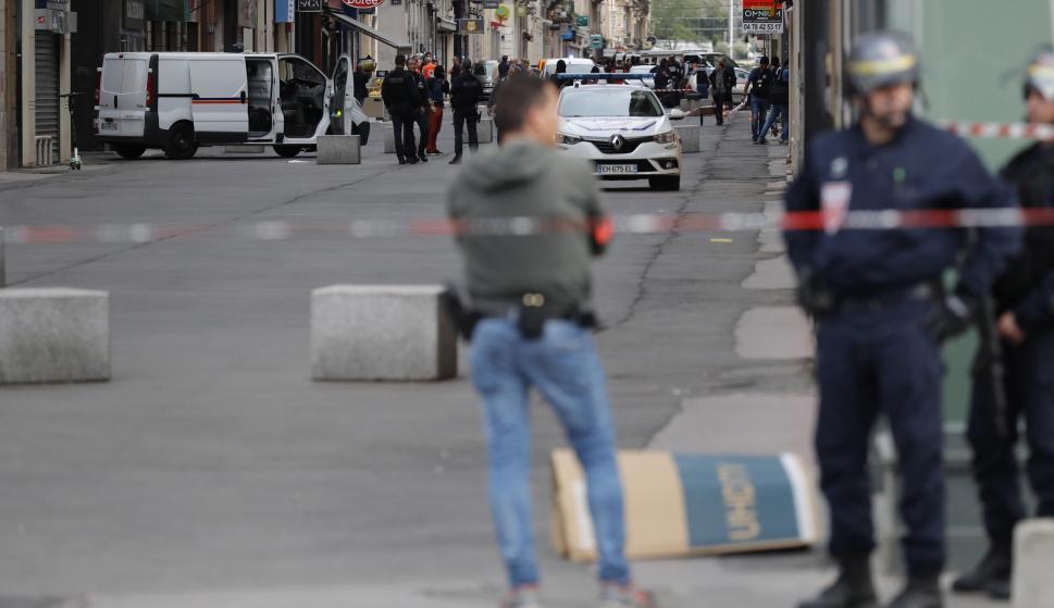 Las fuerzas de seguridad vigilan un perímetro de seguridad en la zona donde tuvo lugar la explosión, en Lyon. /EFE/EPA/ALEX MARTIN