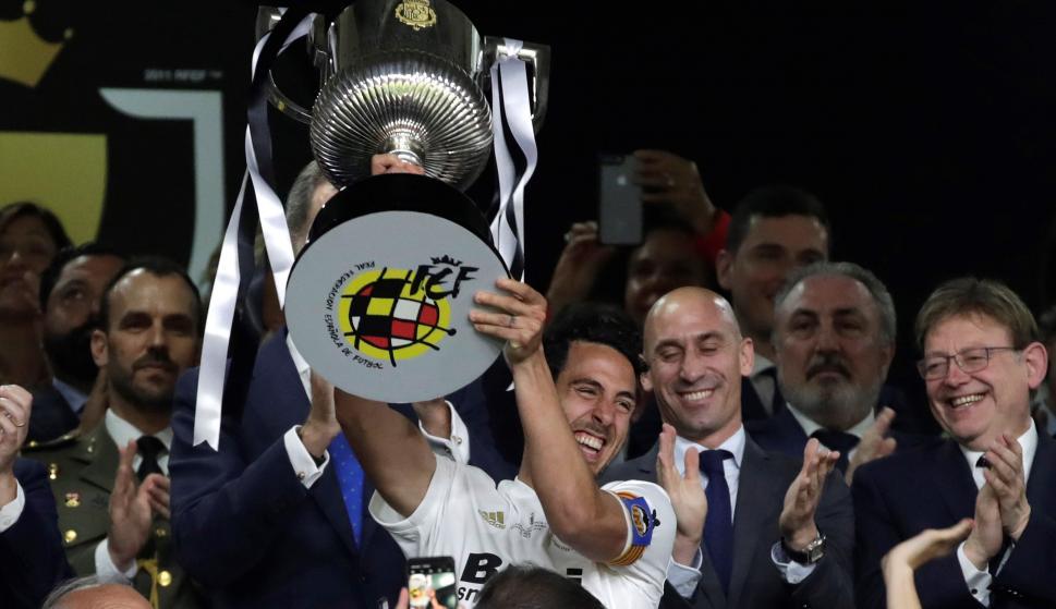 El capitán del Valencia CF, Daniel Parejo, levanta el trofeo tras vencer por 2-1 al FC Barcelona en la final de la Copa del Rey que ambos equipos han disputado esta noche en Estadio Benito Villamarín de Sevilla. EFE/Julio Muñoz