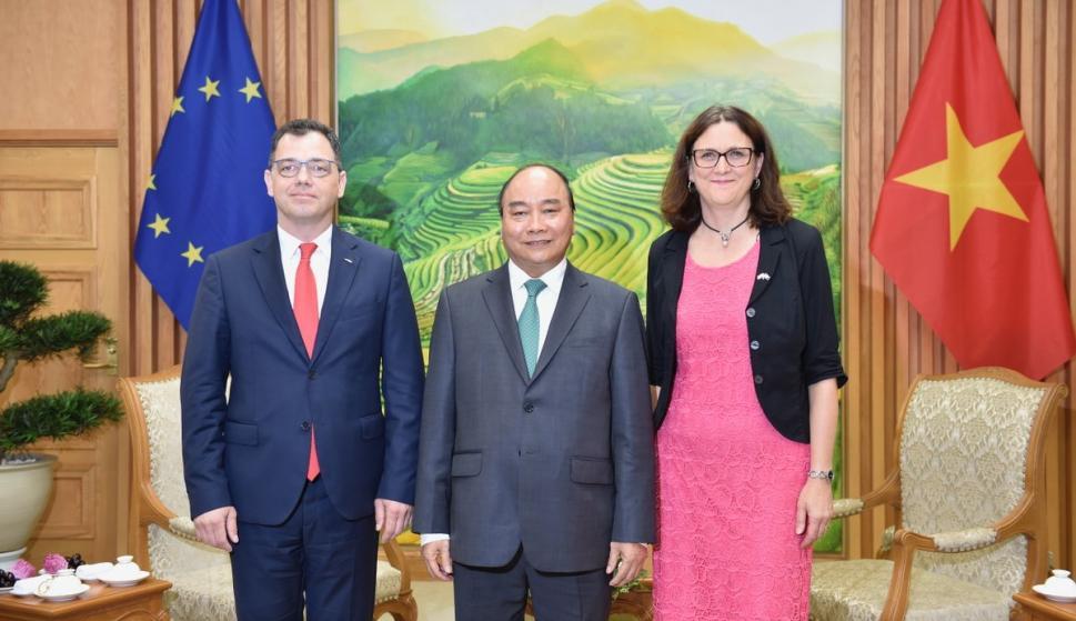El primer ministro Nguyen Xuan Phuc, la comisaria de Comercio de la UE Cecilia Malmström y el ministro rumano de Negocios, Ștefan-Radu Oprea en Hanói el 30 de junio de 2019. /Foto: VGP