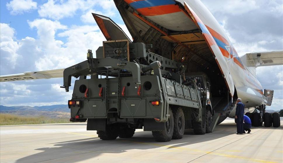 Aviones de carga militares rusos con parte del sistema ruso de misiles antiaéreos S-400 en la base aérea de Akincilar en Ankara. /EFE