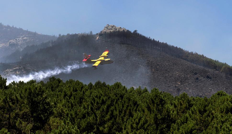 Un hidroavión trabaja en la extinción del incendio declarado ayer en Sotillo de la Adrada (Ávila). /EFE