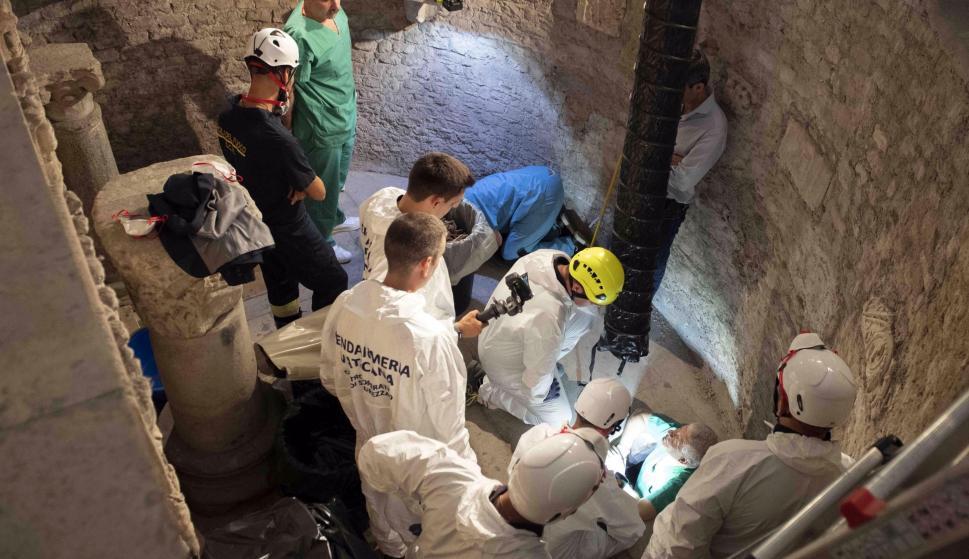 Los expertos abren los osarios en el cementerio teutónico para ayudar a resolver la desaparición de Emanuela Orlandi. /EFE/EPA/VATICAN MEDIA
