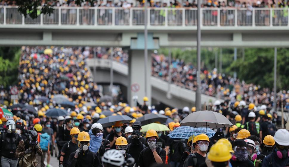 Manifestantes contra el proyecto de ley de extradición asisten a una manifestación masiva en Yuen Long, Hong Kong, el 27 de julio de 2019. /EFE/EPA/RITCHIE B. TONGO